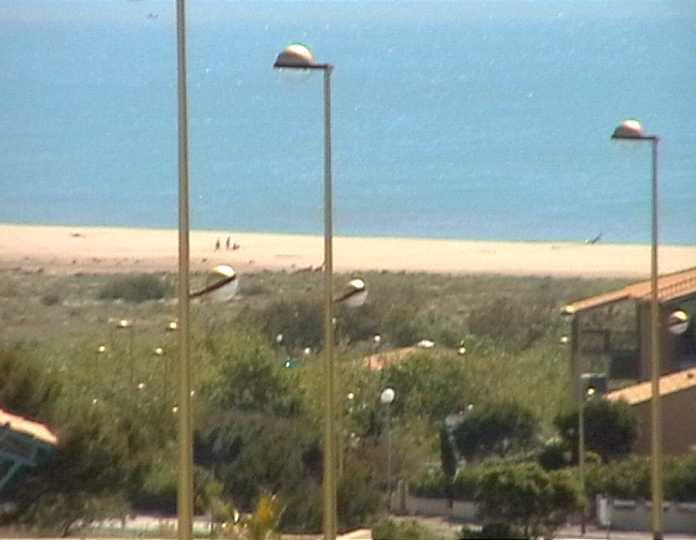 Blick zum Mittelmeer und Strand in Südfrankreich